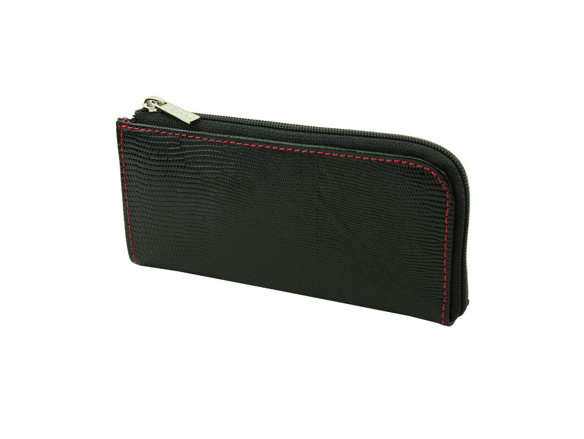 Ключница Dimanche Papillon Noir, цвет: черный. 202202Компактная ключница Dimanche Papillon Noir - стильная вещь для хранения ключей. Ключница выполнена из натуральной кожи черного цвета с тиснением под рептилию. Состоит из одного отделения, закрывающегося на застежку-молнию, также содержит внешний прорезной карман на застежке-молнии. Внутренняя отделка - из ткани черного цвета. Внутри ключницы с помощью кожаной петли с цепочкой крепится металлическое кольцо для ключей. Ключница упакована в фирменную подарочную коробку.