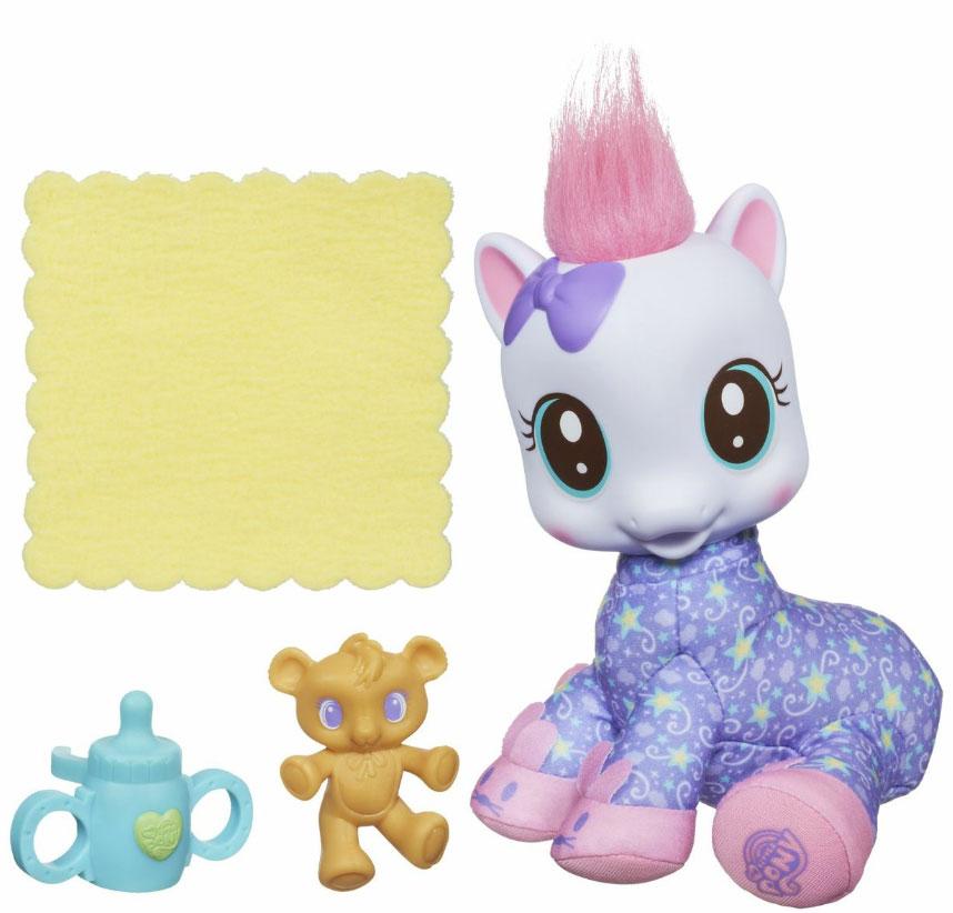 My Little Pony Мягкая малышка Луллаби МунA2005_2Игровой набор My Little Pony Мягкая малышка Луллаби Мун станет чудесным подарком для вашей принцессы! Набор включает в себя маленькую пони, бутылочку, ее игрушку и полотенце. Пони с хохолком на голове одета в пижамку и забавные тапочки. Туловище игрушки мягконабивное, голова выполнена из мягкого пластика. С помощью аксессуаров ваша дочурка сможет заботиться о ней, кормить или купать ее. Игра с набором разовьет в вашей малышке фантазию и любознательность, поможет овладеть навыками общения и научит ролевым играм, воспитает чувство ответственности и заботы.