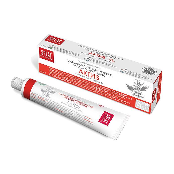 Splat Professional Зубная паста Active / Актив, 40 млКА-172Здоровье десен и комплексный уход за полостью рта. Уникальная по эффективности черная зубная паста с активными экстрактами байкальского шлемника, бадана и спирулины обладает мощным кровоостанавливающим и противовоспалительным действием. Витамины А и Е благодаря антиоксидантным свойствам способствуют заживлению мягких тканей полости рта. Глицерофосфат кальция - один из наиболее эффективных источников ионов кальция - способствует укреплению эмали, активирует процессы реминерализации. Фторид-ионы оказывают воздействие на бактерии, вызывающие кариес. Паста с высокодейственными экстрактами лекарственных растений предназначена для профилактики пародонтита. Ионы кальция способствуют восстановлению и укреплению эмали. Монофторфосфат натрия надежно защищает от кариеса. Инновационная система Sp.White system бережно очищает и полирует эмаль до блеска. Паста не содержит красителей. Темный цвет пасты обусловлен естественным цветом натуральных экстрактов растений. ...