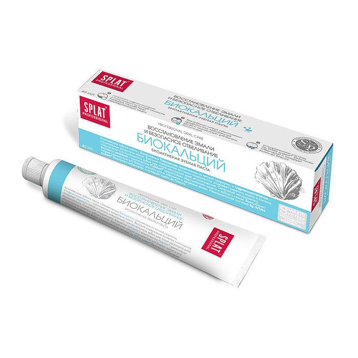 Splat Professional Зубная паста Biocalcium / Биокальций, 40 млКБ-173Восстановление эмали и безопасное отбеливание. Комплексная зубная паста с биоактивным Кальцисом, полученным из яичной скорлупы, и гидроксиапатитом – строительным веществом твердых тканей зуба. Паста предназначена для восстановления эмали и снижения чувствительности зубов. Она насыщает природным кальцием поврежденные зоны на начальных стадиях кариеса. Частицы гидроксиапатита – основного строительного вещества твердых тканей зуба – действуют идентично пломбе, «замуровывая» микротрещины на поверхности эмали. Натуральные ферменты расщепляют налет, способствуя сохранению свежести дыхания. Высокое содержание активных компонентов позволяет укрепить эмаль и снизить повышенную чувствительность зубов уже после нескольких дней использования. Сочетание натурального фермента папаина с компонентом Polydon препятствует образованию налета и зубного камня. Бикарбонат натрия нормализует pН-баланс полости рта и заботится о здоровье десен. Инновационная система Sp.White system безопасно...