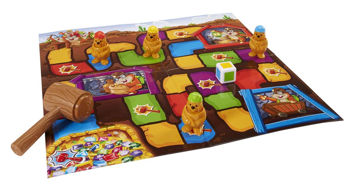Mattel Games Настольная игра Гонка за сокровищамиBFV26Настольная игра Mattel Games Гонка за сокровищами позволит вашему ребенку увлекательно провести время в кругу друзей. Цель игры - первым добраться до сокровищ, находящихся в конце шахты. Каждый участник перед началом игры выбирает себе крота и ставит его в начало игрового поля. Затем по очереди они бросают игральный кубик и перемещают своего крота на клетку того цвета, который выпал на кубике. Если вы попадаете на клетку с изображением молотка, вы можете ударить крота одного из других игроков. Крот, которого ударили должен вернуться в начало пути или в ближайшую безопасную пещеру. Победителем становится участник, который первым добрался до пещеры с сокровищами. В комплект игры входят: игровое поле, 4 фигурки крота, игральный кубик, молоток и правила игры на русском языке.