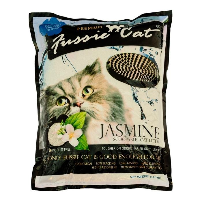 Наполнитель для кошачьего туалета Fussie Cat, комкующийся, с ароматом жасмина, 5 л300203Комкующийся наполнитель Fussie Cat изготовлен из натуральных бентонитовых глин с добавлением аромата жасмина. Наполнитель абсолютно безопасен для окружающей среды. Основные преимущества наполнителя Fussie Cat: - эффективно впитывает влагу и устраняет запах (это один из самых важных показателей комкующихся наполнителей); - легко комкуется, образует плотный комок, удобно убирать совком; - без пыли (второй по важности показатель комкующихся бентонитовых наполнителей); - нетоксичен, экологически чист. Состав: натуральный бетонит. Объем: 5 л.