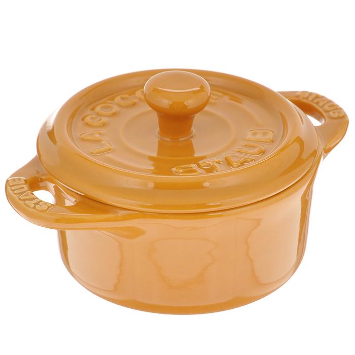 Мини-кокот круглый Staub, керамический, цвет: горчица, диаметр 10 см40511-084Круглый мини-кокот Staub изготовлен из керамики, покрытой эмалью снаружи и внутри. При приготовлении в керамической посуде сохраняются питательные вещества и витамины. Керамика - один из самых лучших материалов, который удерживает тепло, медленно и равномерно его распределяет. Мини-кокот отлично подойдет для приготовления и подачи на стол разнообразных запеканок, жюльенов, суфле, муссов, а также его можно использовать в качестве посуды для закусок, соусов или приправ. Оригинальный дизайн и насыщенный цвет мини-кокота повысят вам настроение и добавят яркости вашему столу. Подходит для использования в духовке и микроволновой печи, может использоваться для сервировки. Нельзя использовать на открытом огне. Можно помещать в морозильную камеру, но не ставить керамическую посуду из морозильной камеры сразу в горячую духовку. Можно мыть в посудомоечной машине.