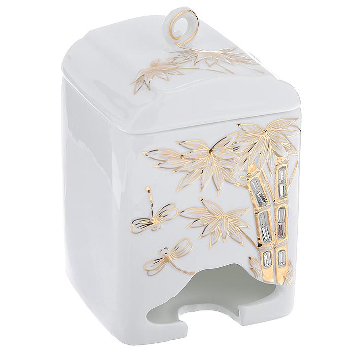 Банка-домик для чайных пакетиков Золотые пальмы. 595-372595-372Банка-домик для чайных пакетиков Золотые пальмы изготовлена из высококачественного фарфора белого цвета. Крышка и корпус банки декорированы стразами и рельефом, покрытым золотистой эмалью. Элегантная банка-домик для чайных пакетиков Золотые пальмы идеально подойдет для сервировки стола и станет отличным подарком к любому празднику. Банка упакована в подарочную коробку.