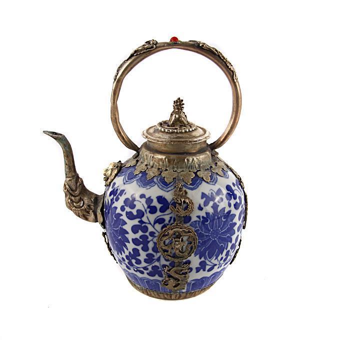 Чайник Цветы в традиционном тибетском стиле. Металл, фарфор, роспись. Китай, вторая половина XX векашкфс.та.бал2Чайник Цветы в традиционном тибетском стиле. Металл, фарфор, роспись. Китай, вторая половина XX века. Высота 18,5 см, длина 15,5 см, ширина 11,5 см. На дне иероглифическое клеймо. Сохранность хорошая. На Востоке особое значение имеют форма и цвет чайников и чайных сервизов. Представленный вашему вниманию чайник украшен росписью в тибетском стиле - на корпусе изображены растительные узоры. Оригинальный чайник в восточном стиле станет прекрасным подарком любителям Востока и ярким элементом декора. Прекрасный образец декоративно-прикладного искусства Тибета, оригинальный подарок почитателю буддийской культуры.