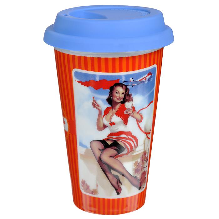 Кружка Pin-up collection, с силиконовой крышкой, 350 мл. 2832228322Кружка Pin-up collection выполнена из высококачественной керамики и оформлена изображением девушки в стиле Pin-up. Кружка имеет силиконовую крышку синего цвета с прорезью для питья. Кружка поднимет настроение и великолепно украсит кухонный интерьер.