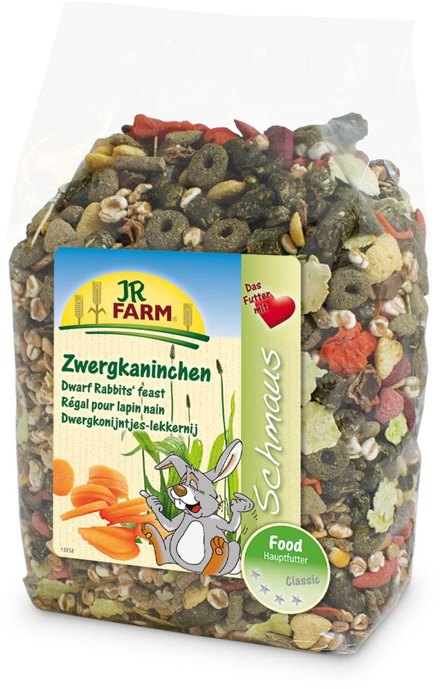 Корм для карликовых кроликов JR Farm Classic, 1,2 кг36903Смесь JR Farm Classic является натуральным полноценным кормом для всех карликовых кроликов. Высокое содержание клетчатки и низкий процент зерна поддерживает здоровое пищеварение и способствует снижению вероятности набора лишнего веса. С большим количеством овощей, витаминов и минералов для здорового образа жизни, полной сил! Рекомендации по кормлению: просто пополняйте кормушку, когда она становится пустой. Пожалуйста, давайте животному такое количество еды, которое он съедает в течение 24 часов. Состав: зерновая мука, пшеница, тимофеевка, ежа луговая, мятлик луговой, травяная мука, хлопья гороха, рожковое дерево, подорожник 3,9%, красный клевер, овсяница луговая, манжетка, кукуруза, воздушная пшеница, хлопья пшеницы, морковь 2%, хлопья бобовых, пшеничные отруби, экстракт подсолнечника, мята, овес, ростки солода. Основной анализ: протеин 13,8%, жиры 4,7%, клетчатка 10,7%, зола 6,3%. Содержание витаминов на кг: витамин А 10000 МЕ,...