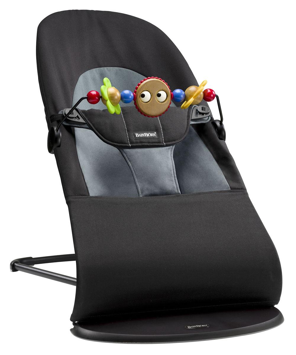 Кресло-шезлонг Babybjorn Balance Soft, с игрушкой, цвет: черный, серый, 3,5-12 кг6050.01Кресло-шезлонг Babybjorn Balance Soft сконструировано так, чтобы вашему ребенку было комфортно и удобно. Используя кресло-шезлонг Babybjorn Balance Soft, вы можете быть уверены в правильной поддержке спины и головы ребенка. Интегрированное тканевое сиденье принимает форму тела, равномерно распределяя вес. Это обеспечивает хорошую поддержку, которая особенно важна для маленьких детей, чьи мышцы еще полностью не сформировались. Кресло-шезлонг Babybjorn Balance Soft имеет три положения пользования: для игры, отдыха и сна. Спокойное и естественное качание в кресле-шезлонге тренирует моторику и баланс ребенка. Рекомендуется педиатрами. Собственные движения ребенка приводят к раскачиванию кресла-шезлонга. Батарейки не требуются, так как ребенок сам задает темп. Это одновременно и веселит, и успокаивает. Использование с новорожденного возраста и до 2-х лет (3,5-12 кг). Чехол из 100% хлопка легко снимается и стирается в машине при 40°С. Кроме того, оно компактно складывается в положение...