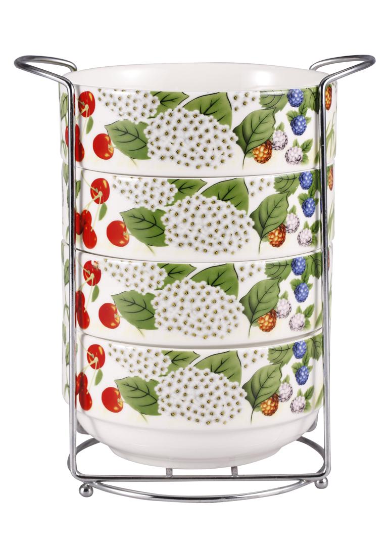 Набор салатников Wellberg Niyuri, на подставке, 600 мл, 4 шт12408WBНабор Wellberg Niyuri состоит из четырех круглых салатников, выполненных из высококачественного фарфора магнезия белого цвета. Внешние стенки оформлены красочным изображением цветов и ягод. Гладкая абсолютно ровная поверхность изделий препятствует образованию пятен, облегчает чистку и продлевает срок службы. Для удобного хранения в наборе предусмотрена хромированная металлическая подставка с двумя ручками. Набор салатников яркого и в тоже время лаконичного дизайна украсит интерьер кухни и послужит функционально. Можно использовать в микроволновой печи и для хранения продуктов в холодильнике. Подходит для мытья в посудомоечной машине.