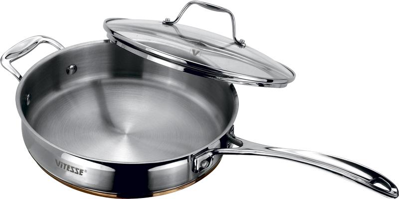 Сковорода Vitesse Galatee с крышкой, диаметр 24 смVS-1010Сковорода Galatee прекрасно подойдет для вашей кухни. Она изготовлена из высококачественной нержавеющей стали 18/10. Многослойное термоаккумулирующее дно с алюминиевой прослойкой обеспечивает равномерное распределение тепла по поверхности емкости. Сковорода оснащена удобными ручками из нержавеющей стали, которые надежно крепятся к корпусу. Крышка выполнена из термостойкого стекла. Она позволяет наблюдать за процессом приготовления пищи. Крышка оснащена отверстием для выхода пара и металлическим ободом по краю, который предотвратит скол стекла. На внутренней стороне имеется шкала литража, что обеспечивает дополнительное удобство при приготовлении пищи. Сковорода Damira подходит для использования на всех типах плит, кроме индукционных. Изделие можно мыть в посудомоечной машине. Характеристики: Материал: нержавеющая сталь, алюминий, стекло. Объем: 2,5 л. Диаметр: 24 см. Высота стенки: 6 см. ...
