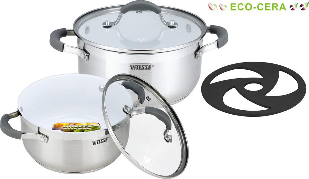 Набор посуды Vitesse, с керамическим покрытием, 5 предметов. VS-2009VS-2009Набор посуды Vitesse состоит из двух кастрюль с крышками и бакелитовой подставки. Кастрюли выполнены из высококачественной нержавеющей стали 18/10. Комбинация зеркальной и матовой полировки внешних стенок придает изделиям безупречный внешний вид. Многослойное термоаккумулирующее дно с прослойкой из алюминия обеспечивает равномерное распределение тепла. Изделия имеют внутреннее антипригарное керамическое покрытие Eco-Cera белого цвета. Оно абсолютно безопасно для здоровья человека и окружающей среды, так как не содержит вредной примеси PFOA и имеет низкое содержание CO в выбросах при производстве. Керамическое покрытие обладает высокой прочностью, что позволяет готовить при температуре до 450°С и использовать металлические лопатки. Кроме того, с таким покрытием пища не пригорает и не прилипает к стенкам. Готовить можно с минимальным количеством подсолнечного масла. Эргономичные ручки изготовлены из нержавеющей стали с силиконовым покрытием серого ...