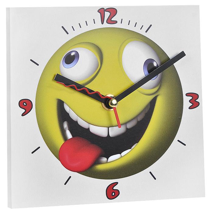 Часы настенные Смайлик с языком. 9583495834Настенные кварцевые часы Смайлик с языком изготовлены из МДФ. Корпус часов квадратной формы декорирован забавным изображением смайлика. Циферблат с отметками и арабскими цифрами имеет три стрелки - часовую, минутную и секундную. С задней стороны - ножка для размещения на столе и металлическая петля для подвешивания на стену. Часы необычного дизайна великолепно оформят интерьер.