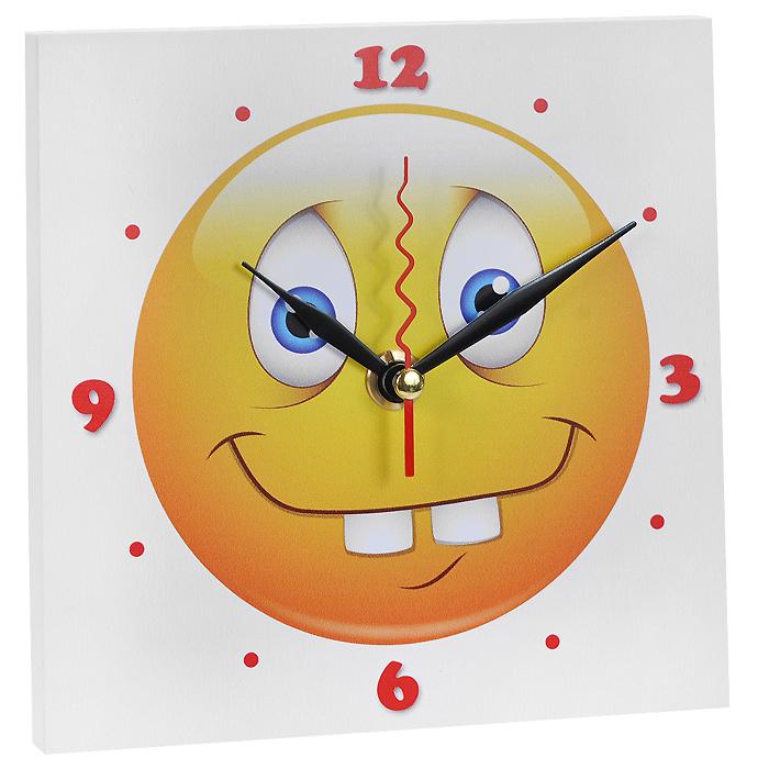 Часы настенные Смайлик Зубастик. 9583595835Настенные кварцевые часы Смайлик Зубастик изготовлены из МДФ. Корпус часов квадратной формы декорирован забавным изображением смайлика. Циферблат с отметками и арабскими цифрами имеет три стрелки - часовую, минутную и секундную. С задней стороны - ножка для размещения на столе и металлическая петля для подвешивания на стену. Часы необычного дизайна великолепно оформят интерьер.