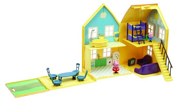 Игровой набор Домик Пеппы15553Игровой набор Домик Пеппы, непременно понравится вашему ребенку и займет его внимание надолго. Набор включает фигурку Джоржа, фигурку Пеппы, большой двухэтажный желтый домик с красной крышей, который можно разложить. Внутри домика на первом этаже расположены кухня, комната отдыха с телевизором, креслом и диваном, на втором этаже находится ванная комната и детская с двухъярусной кроватью. Домик оборудован лестницей и окошками. Ваш ребенок с удовольствием будет играть с этим набором, придумывая различные истории и составляя собственные сюжеты. Пеппа - симпатичная маленькая свинка, которая живет вместе со своими Мамой Свиньей, Папой Свиньей и маленьким братиком Джорджем. Пеппа обожает играть, наряжаться, бывать в новых местах и заводить новые знакомства, но самое любимое занятие Пеппы - прыгать в грязных лужах. Герои мультфильма наделены частично качествами людей, частично качествами животных. Они ходят в одежде, живут в домах, ездят на машинах, ходят на работу и в театр. Дети...