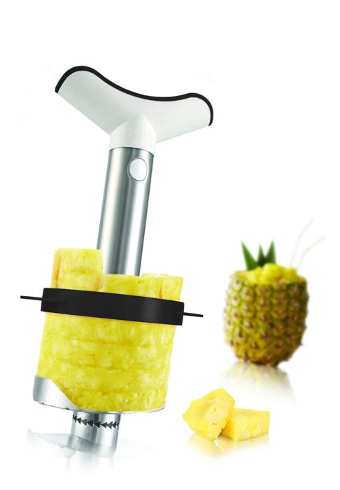 Ананасорезка VacuVin, с разрезателем. 48724604872460Ананасорезка VacuVin изготовлена из нержавеющей стали. Ручка и насадка-разрезатель - из пластика. Изделие очищает, удаляет сердцевину и нарезает свежий ананас всего за 30 секунд. Она вкручивается как отвертка, отделяя мякоть ровными кольцами и оставляя жесткую сердцевину в оболочке. Один поворот отделяет одно кольцо, также можно нарезать весь ананас сразу. Оболочка ананаса остается неповрежденной и может использоваться для сервировки десерта или коктейля. Ананасорезкой Vacu Vin вы аккуратно нарежете свежий, сочный ананас и быстрее, чем открыли бы консервную банку.