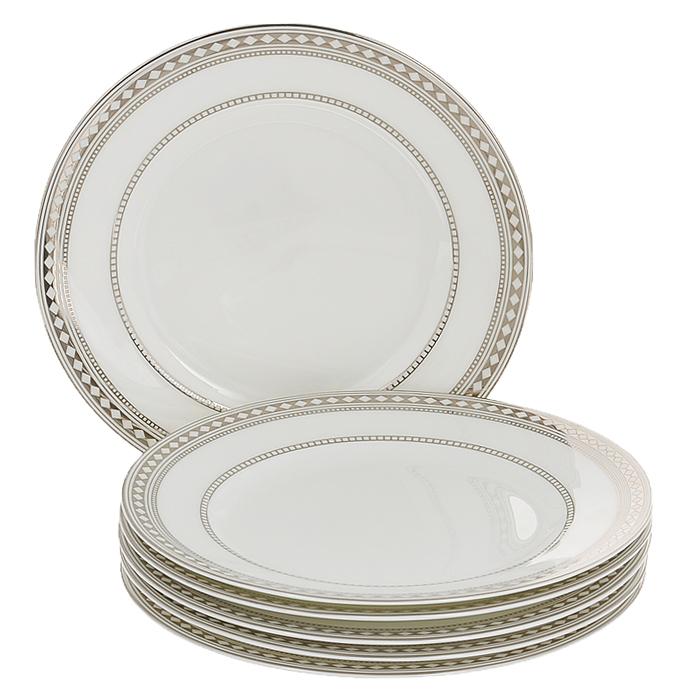 Набор десертных тарелок Esprado Geometria, диаметр 20 см, 6 штGM40B20E301Набор Esprado Geometria состоит из шести десертных тарелок, выполненных из костяного фарфора. Основная составляющая костяного фарфора - костная зола и каолин. От содержания костной золы зависит белизна и прозрачность фарфора, который может содержать до 50% костяной золы. Родина костной золы, из которой производится посуда Esprado, - Великобритания, славящаяся сырьем высокого качества. Каолин, белая глина на основе природного минерала, поступает из Новой Зеландии, одного из наиболее экологически чистых регионов мира. Такое сочетание обеспечивает высокое качество материала и безупречный оттенок слоновой кости. В костяном фарфоре отсутствуют примеси кадмия и свинца, а потому он абсолютно нетоксичен и безопасен. Экологическая глазурь из Японии, высоко ценящаяся во всем мире, которой покрывается готовое изделие, позволяет добиться идеально ровного цвета и кристального блеска. При декорировании использованы драгоценные металлы, в том числе платина и золото. Изделия серии...