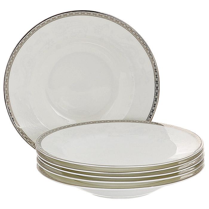 Набор суповых тарелок Esprado Arista White, диаметр 23 см, 6 штAW30B23E301Набор Esprado Arista White состоит из шести суповых тарелок, выполненных из костяного фарфора. Основная составляющая костяного фарфора - костная зола и каолин. От содержания костной золы зависит белизна и прозрачность фарфора, который может содержать до 50% костяной золы. Родина костной золы, из которой производится посуда Esprado, - Великобритания, славящаяся сырьем высокого качества. Каолин, белая глина на основе природного минерала, поступает из Новой Зеландии, одного из наиболее экологически чистых регионов мира. Такое сочетание обеспечивает высокое качество материала и безупречный оттенок слоновой кости. В костяном фарфоре отсутствуют примеси кадмия и свинца, а потому он абсолютно нетоксичен и безопасен. Экологическая глазурь из Японии, высоко ценящаяся во всем мире, которой покрывается готовое изделие, позволяет добиться идеально ровного цвета и кристального блеска. При декорировании использованы драгоценные металлы, в том числе платина и золото....