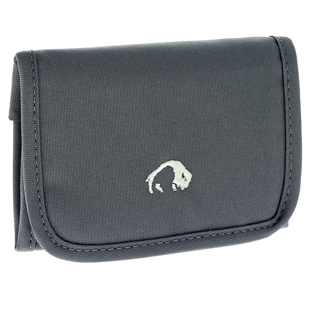 Кошелек Tatonka Folder, цвет: карбон2878.043Компактный кошелек Tatonka Folder послужит вам своей надежностью и функциональностью. Кошелек закрывается на липучку. Внутри состоит из двух больших отделений для купюр (одно из них на застежке-молнии), внутреннего органайзера (3 отделения для кредитных карт, пластиковый блок из 6 отделений для кредитных карт и прозрачное пластиковое окошко) и небольшого кармашка на застежке-молнии для мелочи. Также имеются два потайных кармашка. К кошельку прикреплено пластиковое кольцо для ключей. Оригинальный кошелек - неотъемлемый атрибут любого, он является повседневным предметом пользования, и призван подчеркнуть стиль и вкус его обладателя.