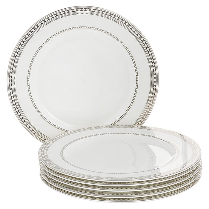 Набор обеденных тарелок Esprado Geometria, диаметр 25 см, 6 штGM20B25E301Набор Esprado Geometria состоит из шести обеденных тарелок, выполненных из костяного фарфора. Основная составляющая костяного фарфора - костная зола и каолин. От содержания костной золы зависит белизна и прозрачность фарфора, который может содержать до 50% костяной золы. Родина костной золы, из которой производится посуда Esprado, - Великобритания, славящаяся сырьем высокого качества. Каолин, белая глина на основе природного минерала, поступает из Новой Зеландии, одного из наиболее экологически чистых регионов мира. Такое сочетание обеспечивает высокое качество материала и безупречный оттенок слоновой кости. В костяном фарфоре отсутствуют примеси кадмия и свинца, а потому он абсолютно нетоксичен и безопасен. Экологическая глазурь из Японии, высоко ценящаяся во всем мире, которой покрывается готовое изделие, позволяет добиться идеально ровного цвета и кристального блеска. При декорировании использованы драгоценные металлы, в том числе платина и золото. Изделия серии...
