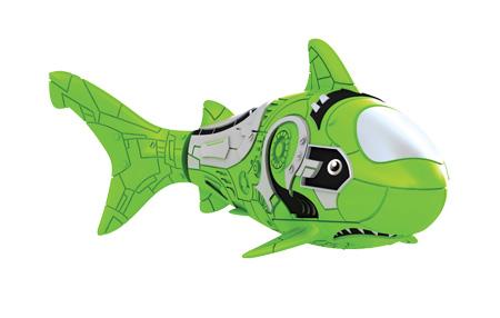 Игрушка для ванны Robofish РобоРыбка: Акула, цвет: зеленый2501-7Игрушка для ванны Robofish РобоРыбка: Акула понравится вашему малышу и превратит купание в веселую игру. Она выполнена из безопасного пластика с элементами металла в виде маленькой красочной акулы. При погружении в ванну, аквариум или другую емкостью с водой РобоРыбка начинает плавать, опускаясь ко дну и поднимаясь к поверхности воды. Акула прекрасно имитирует повадки настоящей рыбы. Траектория ее движения зависит от наклона хвоста. Внутри рыбки находится специальный грузик, регулирующий глубину ее погружения. Если рыбка плавает на дне, не всплывая, - уберите грузик; если на поверхности - добавьте грузик. Набор включает подставку, на которой можно разместить рыбку, пока вы с ней не играете. Порадуйте вашего ребенка таким замечательным подарком! Игрушка работает от 2 батарей напряжением 1,5V типа LR44 (2 установлены в игрушку и 2 запасные).