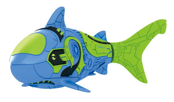 Игрушка для ванны Robofish Тропическая РобоРыбка: Акула, цвет: синий2549-9Игрушка для ванны Robofish Тропическая РобоРыбка понравится вашему малышу и превратит купание в веселую игру. Она выполнена из безопасного пластика с элементами металла в виде маленькой красочной рыбки. При погружении в ванну, аквариум или другую емкостью с водой РобоРыбка начинает плавать, опускаясь ко дну и поднимаясь к поверхности воды. Игрушка прекрасно имитирует повадки настоящей рыбы. Траектория ее движения зависит от наклона хвоста. Внутри рыбки находится специальный грузик, регулирующий глубину ее погружения. Если рыбка плавает на дне, не всплывая, - уберите грузик; если на поверхности - добавьте грузик. Набор включает подставку, на которой можно разместить рыбку, пока вы с ней не играете. Порадуйте вашего ребенка таким замечательным подарком! Игрушка работает от 2 батарей напряжением 1,5V типа LR44 (2 установлены в игрушку и 2 запасные).