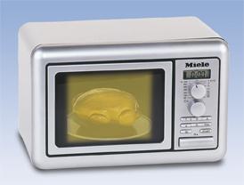 Klein Игрушечная микроволновая печь Miele цвет серебристый9492C микроволновой печью Klein Miele ваш ребенок сможет почувствовать себя настоящим кулинаром. С такой печью все игрушки будут накормлены вкусной едой. Необыкновенно реалистичная печь выполнена из безопасного пластика серебристого цвета и является уменьшенной копией печи MIELE. Микроволновка снабжена цифровым дисплеем с возможностью выставления таймера (3 режима), восьмью кнопками для приготовления блюд, двумя ручками-переключателями, проворачивающимися со звуком трещотки, а также большой кнопкой для открывания дверцы. Внутри находится круглая подставка для еды. При активизации микроволновки включится подсветка, подставка начнет вращаться, при этом будут слышны характерные звуки работы печи. По истечению времени нагревания свет внутри печи погаснет. В комплект также входит муляж в виде курочки. Порадуйте своего ребенка таким великолепным подарком! Необходимо докупить 2 батарейки напряжением 1,5V типа АА (не входят в комплект).
