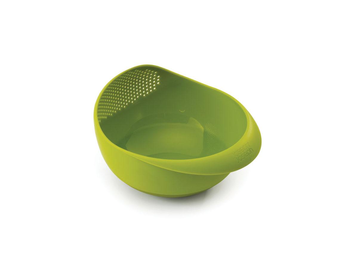 Миска-дуршлаг Joseph Joseph Prep&Serve, цвет: зеленый, диаметр 24,5 см40063Миска-дуршлаг Joseph Joseph Prep&Serve, изготовленная из высококачественного пищевого пластика, сочетает в себе функции миски для продуктов, дуршлага и сервировочного блюда. Достаточно слегка наклонить миску, и вся вода благополучно окажется в раковине. Изделие идеально для приготовления и сервировки салатов и фруктов, а также для промывания риса и других круп перед приготовлением. Миска оснащена ручкой и прорезиненным дном. Можно мыть в посудомоечной машине.