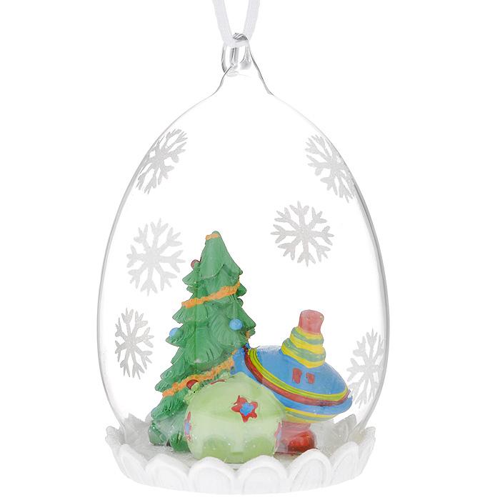Новогоднее подвесное украшение Елка с подарками. 3438934389Оригинальное новогоднее украшение из пластика прекрасно подойдет для праздничного декора дома и новогодней ели. Изделие крепится на елку с помощью металлического зажима.