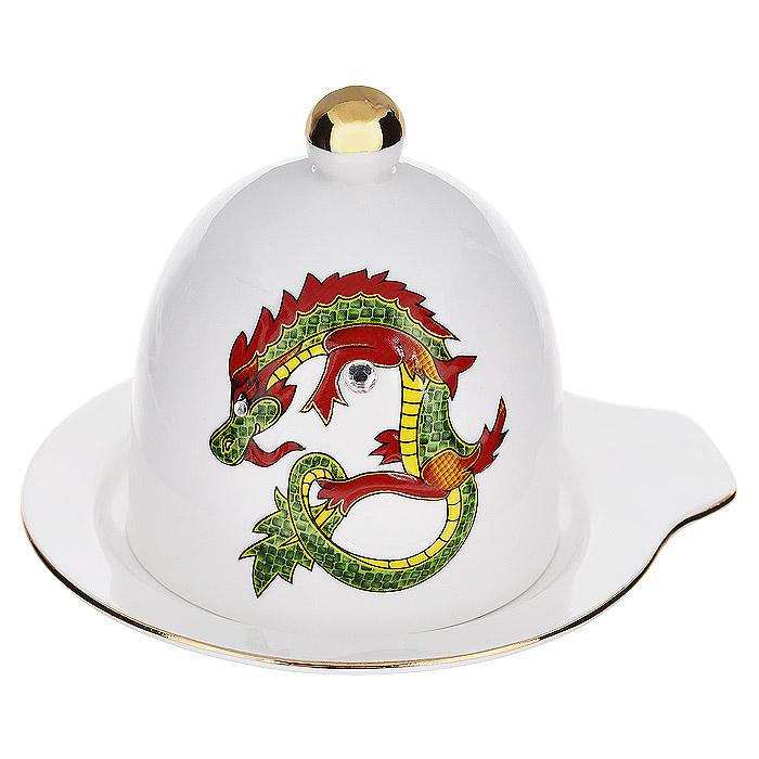 Лимонница Briswild Яркий дракон595-096Лимонница Briswild Яркий дракон изготовлена из высококачественного фарфора белого цвета. Она состоит из блюдца и крышки с ручкой. Крышка и блюдце декорированы золотистой каймой, изображением дракона и стразами. Красочность оформления придется по вкусу и ценителям классики, и тем, кто предпочитает утонченность и изысканность. Лимонница упакована в подарочную коробку из плотного картона. Внутренняя часть коробки задрапирована атласной тканью, и лимонница надежно крепится в определенном положении благодаря особым выемкам в коробке.