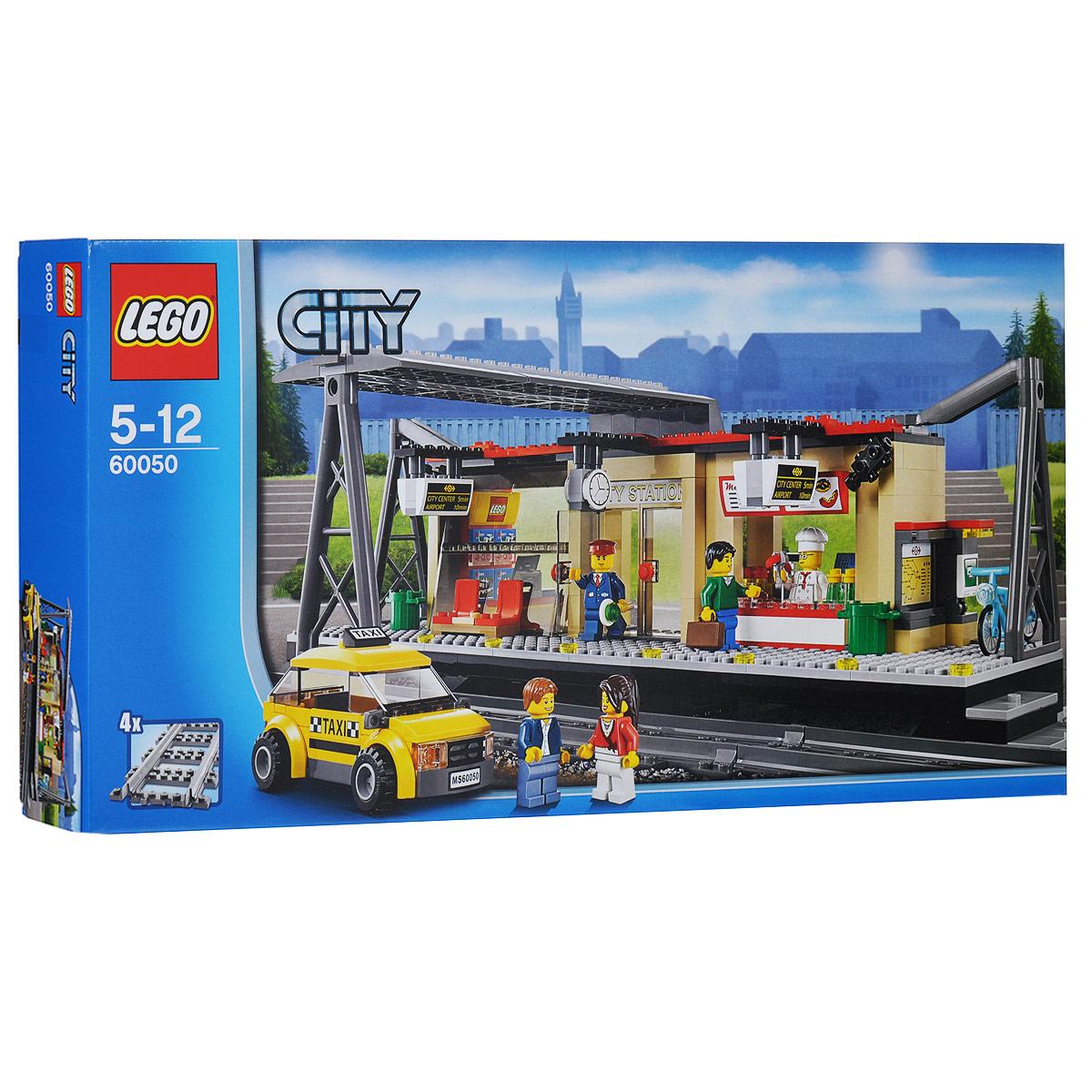 LEGO City Конструктор Железнодорожная станция 6005060050Возьми такси до оживленной железнодорожной станции LEGO City - места, которое никогда не спит! По прибытии поднимайся по ступенькам и проходи через открывающиеся двери. Сверься со временем на больших часах, которые висят на крыше, и расписанием движения поездов возле банкомата. Пока еще есть время до поезда, пройдись по магазинам, в которых продается продукция LEGO City. Проголодался? Отправляйся в киоск и закажи круассан или пиццу и напиток из меню, висящего над кассой. Присядь на чистом перроне, перекуси и отдохни. Набор включает в себя 423 разноцветных пластиковых элемента конструктора, в том числе минифигурки в виде проводника, шеф-повара, водителя такси и двух путешественников. Конструктор - это один из самых увлекательнейших и веселых способов времяпрепровождения. Ребенок сможет часами играть с конструктором, придумывая различные ситуации и истории. В процессе игры с конструкторами LEGO дети приобретают и постигают такие необходимые навыки как познание,...