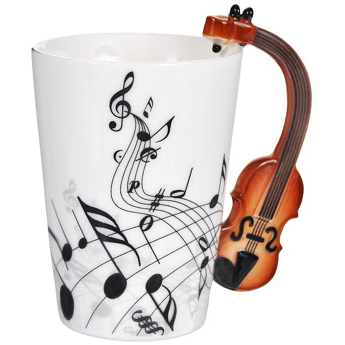 Кружка Музыкальные инструменты. 9546795467Кружка Музыкальные инструменты, выполненная из высококачественной керамики, станет отличным подарком для человека, ценящего забавные и практичные вещи. Кружка оформлена изображением нот, а также фигурной ручкой, изготовленной в виде скрипки. Такой подарок станет не только приятным, но и практичным сувениром: кружка станет незаменимым атрибутом чаепития, а оригинальный дизайн вызовет улыбку. Изделие упаковано в подарочную коробку.