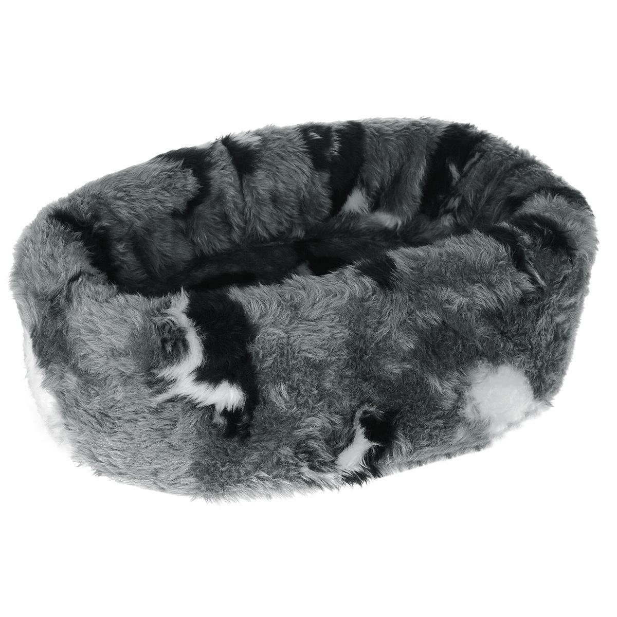 Лежанка для кошек I.P.T.S. Pussy, круглая, 40 см705601Такая лежанка станет излюбленным местом отдыха для вашего питомца, ведь уютное спальное место из меха по достоинству оценит даже самый привередливый кот. Лежанка имеет округлую форму и выполнена в приятных бело-серых оттенках с изображением кошек. Изделие будет одинаково хорошо смотреться как в гостиной, так и в другой комнате. Диаметр лежанки: 40 см. Товар сертифицирован.