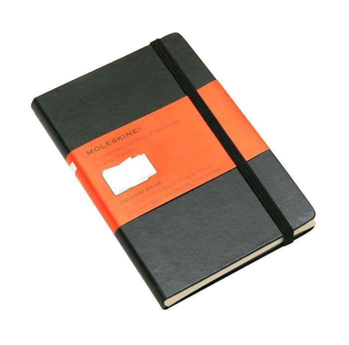 Блокнот Moleskine Moleskine Classic Classic (в японском стиле) Pocket чернаяQP013ENЗаписная книжка с 60 нелинованными листами бумаги. Неповторимые черты записной книжки Молескин: Удобная эластичная застежка; Прочная влагозащитная обложка; Прошитый нитками переплет; Практичные скругленные углы; Не желтеющие со временем страницы; Быстро впитывающая чернила бумага; Функциональная лента-закладка; Вместительный внутренний кармашек. Записная книжка Moleskine занимает 17 место среди 999 самых значимых предметов дизайна, созданных в мире за последние 200 лет. (Издание Phaidon Design Classics, Великобритания, 2009). Характеристики: Размер: 9 см х 14 см. Материал: бумага, влагостойкий синтетический материал. Производитель: Италия. Артикул: QP013EN. Moleskine (Молескин) - легендарная записная книжка, которой уже два столетия отдает дань любви и уважения европейская творческая интеллигенция: писатели, журналисты, художники, дизайнеры, архитекторы, актеры и музыканты. Среди...