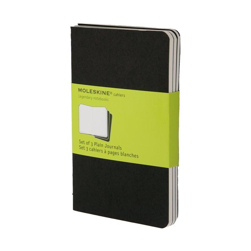 Блокнот Moleskine Cahier (нелинованная) Pocket черная 3 штQP313ENЛегкая и компактная записная книжка Moleskine Cahier поместится в любом кармане. Записная книжка в картонной обложке без пропитки содержит 64 нелинованные страницы. Неповторимые черты записной книжки Молескин: Прошитый нитками переплет; Практичные скругленные углы; Не желтеющие со временем страницы; Последние 16 листов с перфорацией для отрыва; Быстро впитывающая чернила бумага; Вместительный внутренний кармашек. Характеристики: Цвет: черный. Размер: 9 см х 14 см. Материал: бумага, картон. Moleskine (Молескин) - легендарная записная книжка, которой уже два столетия отдает дань любви и уважения европейская творческая интеллигенция: писатели, журналисты, художники, дизайнеры, архитекторы, актеры и музыканты. Среди знаменитых поклонников Moleskine - Эрнест Хемингуэй и Пабло Пикассо, Брюс Чатвин и Луис Сепульведа, Винсент Ван Гог и Анри Матисс, Жан-Поль Сартр и Гийом Апполлинер, Оскар Уайльд и...
