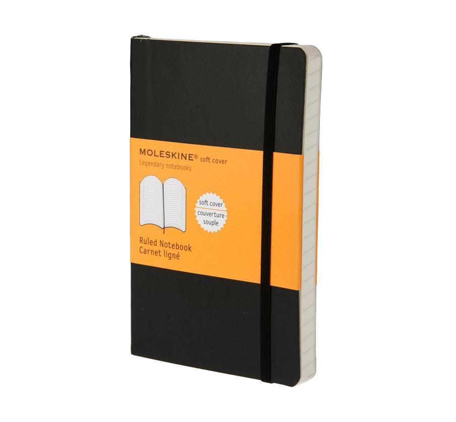 Блокнот Moleskine Moleskine Classic Classic Soft (в линейку) Pocket черныйQP611ENЗаписная книжка в мягкой обложке содержит 192 страницы в линейку. Неповторимые черты записной книжки Молескин: Удобная эластичная застежка; Прочная влагозащитная обложка; Прошитый нитками переплет; Практичные скругленные углы; Не желтеющие со временем страницы; Быстро впитывающая чернила бумага; Функциональная лента-закладка; Вместительный внутренний кармашек. Характеристики: Цвет: черный. Размер: 9 см х 14 см x 1,1 см. Материал: бумага, влагостойкий синтетический материал. Moleskine (Молескин) - легендарная записная книжка, которой уже два столетия отдает дань любви и уважения европейская творческая интеллигенция: писатели, журналисты, художники, дизайнеры, архитекторы, актеры и музыканты. Среди знаменитых поклонников Moleskine - Эрнест Хемингуэй и Пабло Пикассо, Брюс Чатвин и Луис Сепульведа, Винсент Ван Гог и Анри Матисс, Жан-Поль Сартр и Гийом Апполлинер, Оскар Уайльд и Гертруда Стайн....