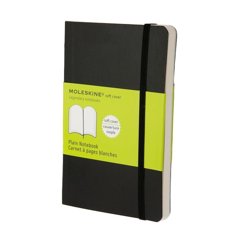 Блокнот Moleskine Classic Soft (нелинованная) Pocket черныйQP613ENЗаписная книжка в мягкой обложке содержит 192 нелинованные страницы. Неповторимые черты записной книжки Молескин: Удобная эластичная застежка; Прочная влагозащитная обложка; Прошитый нитками переплет; Практичные скругленные углы; Не желтеющие со временем страницы; Быстро впитывающая чернила бумага; Функциональная лента-закладка; Вместительный внутренний кармашек. Характеристики: Цвет: черный. Размер: 9 см х 14 см x 1,1 см. Материал: бумага, влагостойкий синтетический материал. Moleskine (Молескин) - легендарная записная книжка, которой уже два столетия отдает дань любви и уважения европейская творческая интеллигенция: писатели, журналисты, художники, дизайнеры, архитекторы, актеры и музыканты. Среди знаменитых поклонников Moleskine - Эрнест Хемингуэй и Пабло Пикассо, Брюс Чатвин и Луис Сепульведа, Винсент Ван Гог и Анри Матисс, Жан-Поль Сартр и Гийом Апполлинер, Оскар Уайльд и Гертруда Стайн....