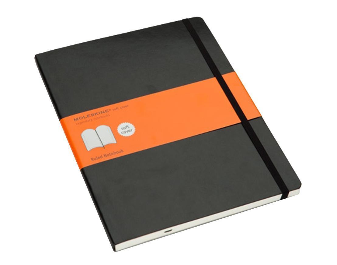Блокнот Moleskine Classic Soft (в линейку) ХLarge чернаяQP621ENЗаписная книжка в мягкой обложке содержит 192 страницы в линейку. Неповторимые черты записной книжки Молескин: Не желтеющие со временем страницы; Удобная эластичная застежка; Прочная влагозащитная обложка; Практичные скругленные углы; Функциональная лента-закладка; Вместительный внутренний кармашек. Характеристики: Цвет: черный. Размер: 19 см х 25 см x 1,1 см. Материал: бумага, влагостойкий синтетический материал. Moleskine (Молескин) - легендарная записная книжка, которой уже два столетия отдает дань любви и уважения европейская творческая интеллигенция: писатели, журналисты, художники, дизайнеры, архитекторы, актеры и музыканты. Среди знаменитых поклонников Moleskine - Эрнест Хемингуэй и Пабло Пикассо, Брюс Чатвин и Луис Сепульведа, Винсент Ван Гог и Анри Матисс, Жан-Поль Сартр и Гийом Апполлинер, Оскар Уайльд и Гертруда Стайн. Множество ярких идей и набросков были до времени скрыты этим тайным...