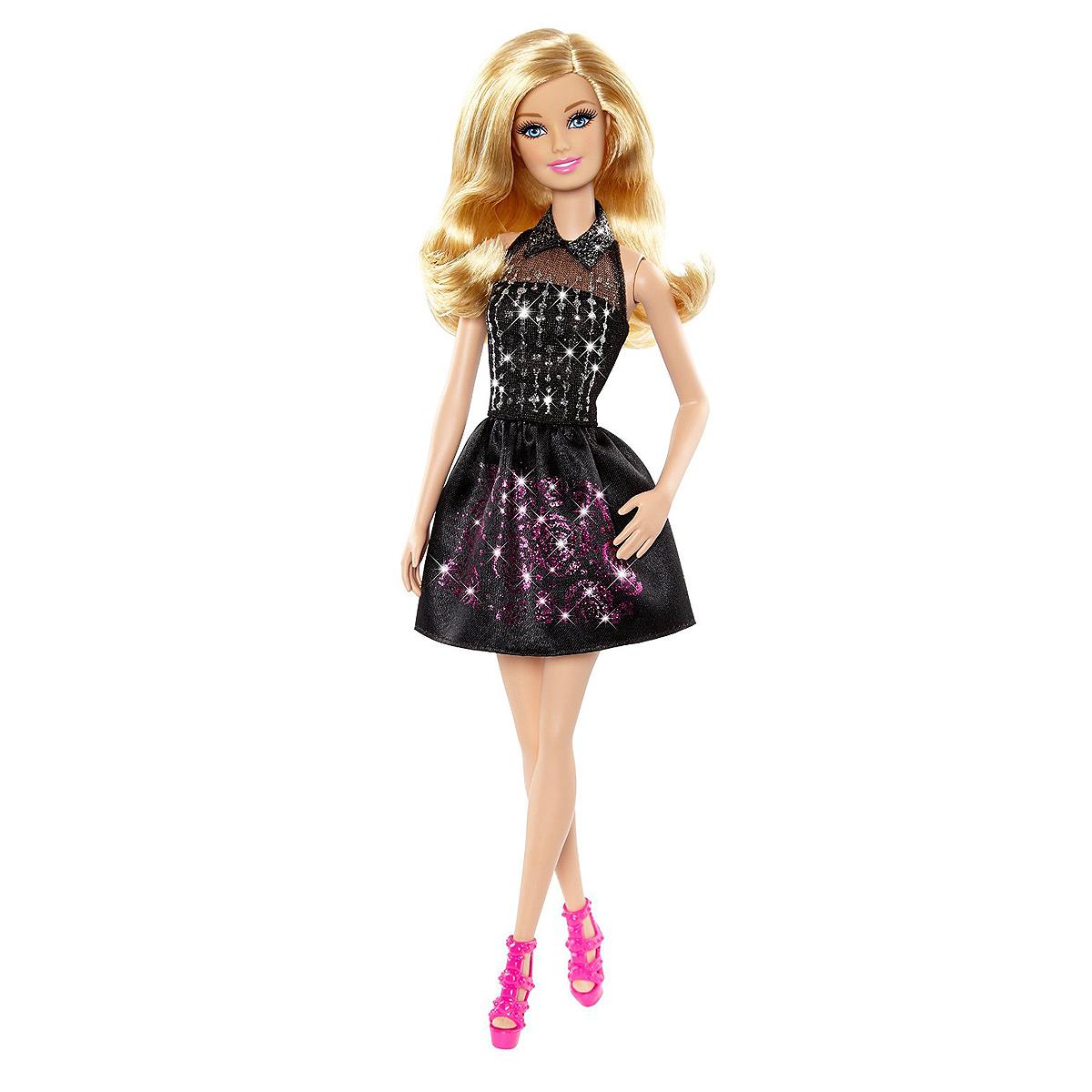 Barbie Кукла Сияющие нарядыCCN12Добавьте блеска в вашу жизнь! С этим роскошным набором девочки могут добавить гламурного блеска в кукольный гардероб Barbie. Набор представлен приборами для дизайна одежды в три несложных этапа. Для начала выберите один из 5 предметов одежды и клейкую аппликацию. Наденьте предмет одежды на манекен и приклейте аппликацию, а затем раскатайте ее валиком. Снимите пластиковую обёртку и раскрасьте получившиеся узоры ручкой с блестящими серебристыми или розовыми чернилами. Уберите кисточкой лишнее, и платье готово! В набор входит кукольное платье, туфельки, две юбки, валик, кисточка, три клейких аппликации с различными узорами, две ручки с блестящими серебристыми или розовыми чернилами и один манекен.