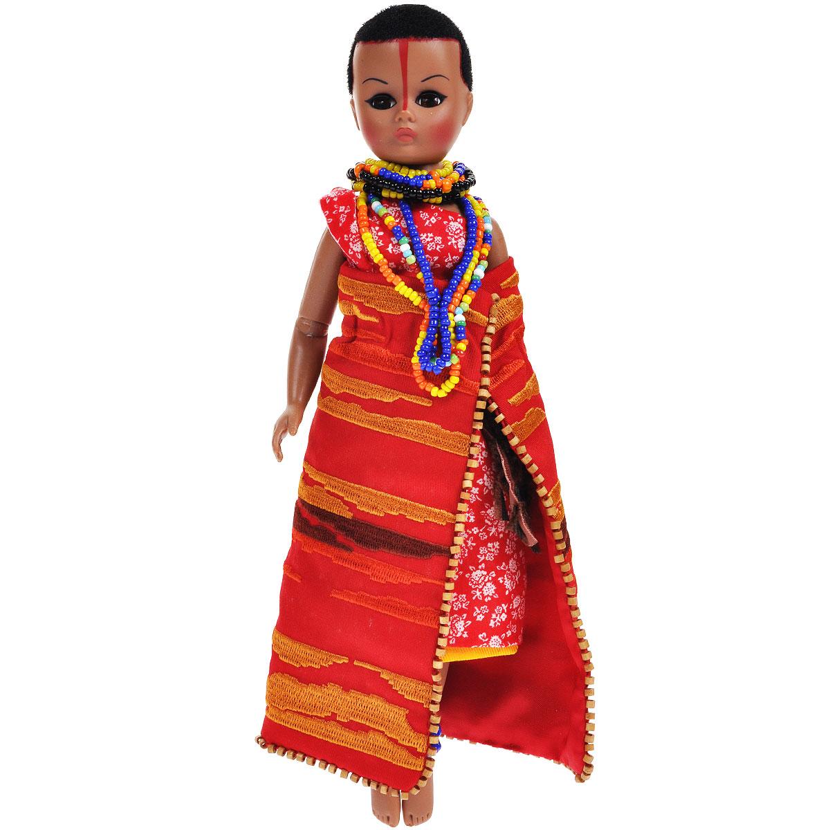 Madame Alexander Кукла Из племени Масаи64520Кукла Madame Alexander Из племени Масаи станет прекрасным украшением любой коллекции. У куклы, изображающей женщину из древнего африканского племени Масаи, личико Сисси, карие глаза и короткие черные волосы. Одета кукла в традиционный масайский наряд - красное с белым платье с открытым плечом, вокруг пояса коричневый ремень с бахромой. Поверх платья надет красный плащ с золотым абстрактным узором. На шее длинное ожерелье из бисера, на ногах - браслеты. Реалистичные глазки куклы закрываются, если положить ее на спину.