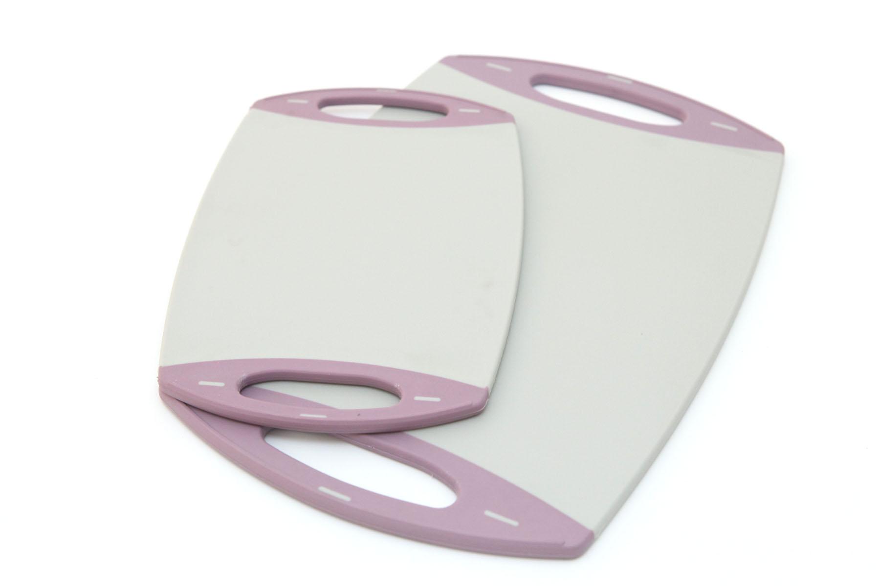 Набор разделочных досок Fissman, цвет: серый, фиолетовый, 2 штAY-7257.CBНабор Fissman состоит из двух прямоугольных разделочных досок. Доски выполнены из пищевого пластика с прорезиненными ручками с двух сторон. Также доски не будут скользить по поверхности стола, что делает их использование более удобным. Набор разделочных досок Fissman станет незаменимым и полезным аксессуаром на вашей кухне, который к тому же и стильно дополнит интерьер. Нельзя мыть в посудомоечной машине.