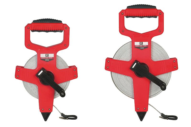 Рулетка открытого типа Kapro, 30 м660-30Измерительная рулетка открытого типа Kapro - это измерительный инструмент высокой точности. Лента выполнена из фибергласа, что обеспечивает ей долгий срок эксплуатации. Стопорный механизм позволяет быстро и точно производить измерения. Рулетка оснащена обрезиненной рукояткой для удобства переноски.