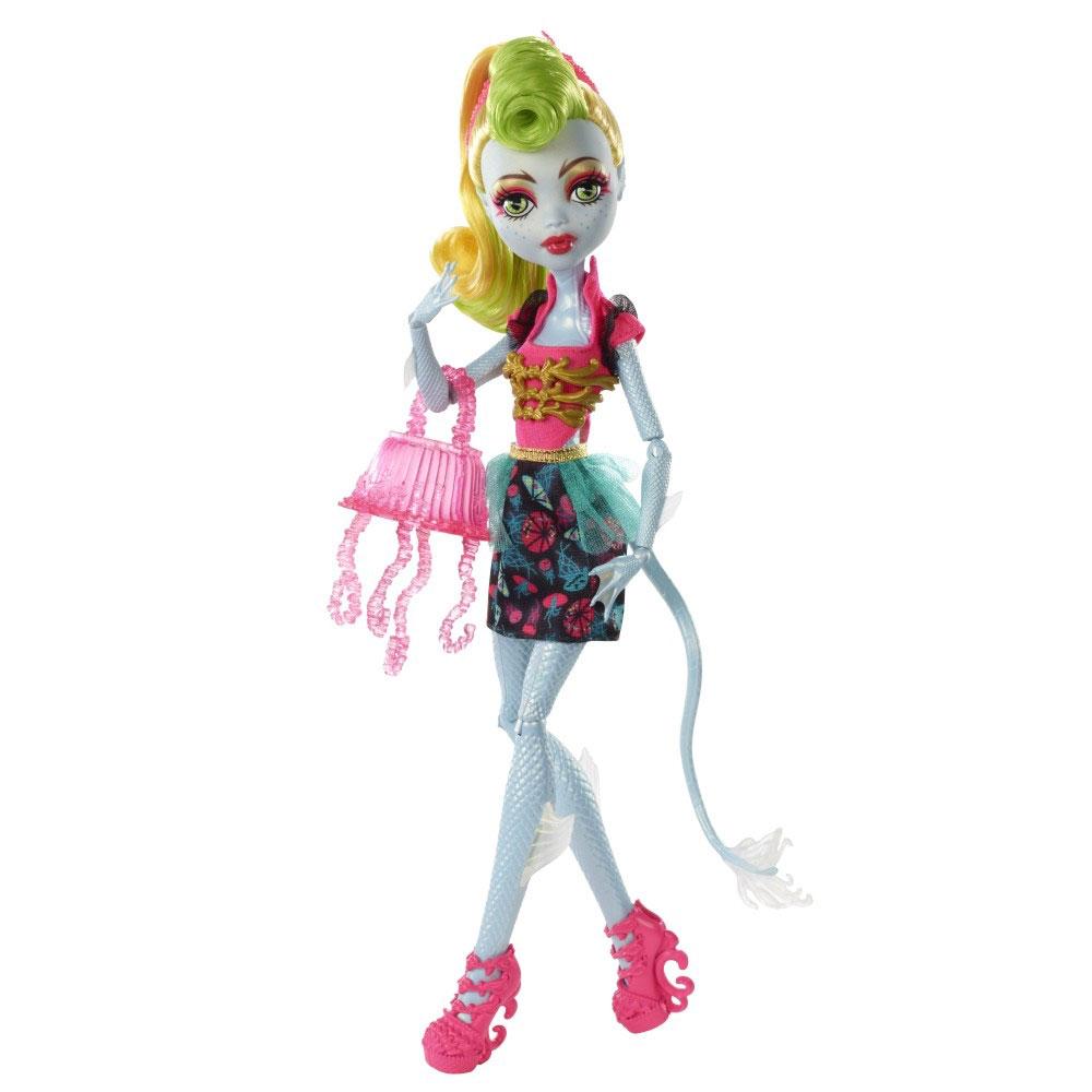 Monster High Кукла ЛагунафаерCCB45_CCB46/CKG87CKG88Фьюжн или, по-русски говоря, слияние - последний писк моды, и ученики Школы Монстров следуют этой тенденции! Монстрики примеряют образы своих подружек и выглядят они довольно аномально, эдакие детишки от двух разных родителей Монстров! Лагуна Блю — дочь Морского чудища. Девочка с бледно-голубой кожей и желто-салатовыми волосами для создания супер-образа добавила к своему наряду знаковые аксессуары своей подруги Дженифер Лонг! Черно-розовое платье украшено принтом из медуз и широким золотистым поясом; на ножках куклы - розовые босоножки. Умопомрачительную прическу поддерживает декоративный элемент. Руки и ноги у куклы шарнирные, что позволяет придавать ей различные позы. В комплект с куклой входят подставка для нее, сумочка в виде медузы, расческа и дневник. Школа монстров (Monster High) - мультсериал о школе, в которой учатся дети легендарных монстров, таких как Франкенштейна, Дракулы, Йети и других. Они пытаются справиться с ужасами школьной жизни.