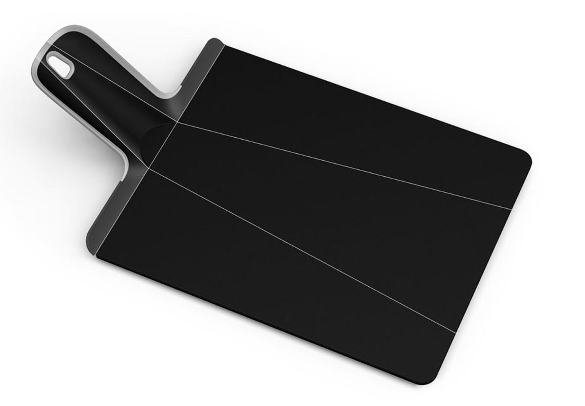 Доска разделочная Joseph Joseph Chop2Pot, цвет: черный, 22 см х 28 смNSBL016SWРазделочная доска Joseph Joseph Chop2Pot изготовлена из прочного пищевого пластика со специальным покрытием, которое предотвращает прилипание пищи и сохраняет ножи острыми. Удобная ручка оснащена прорезиненными вставками, что обеспечивает надежный хват и комфорт во время использования. Обратная сторона доски снабжена такими же вставками для предотвращения скольжения по поверхности стола. Благодаря изгибам в некоторых местах, доска удобно сворачивается и позволяет аккуратно пересыпать все, что вы нарезали. Всем знакомо, как неудобно ссыпать порезанные овощи в кастрюлю, но с этим приспособлением вы одним движением превратите разделочную доску в удобный совок, и все попадет по назначению. Можно мыть в посудомоечной машине.