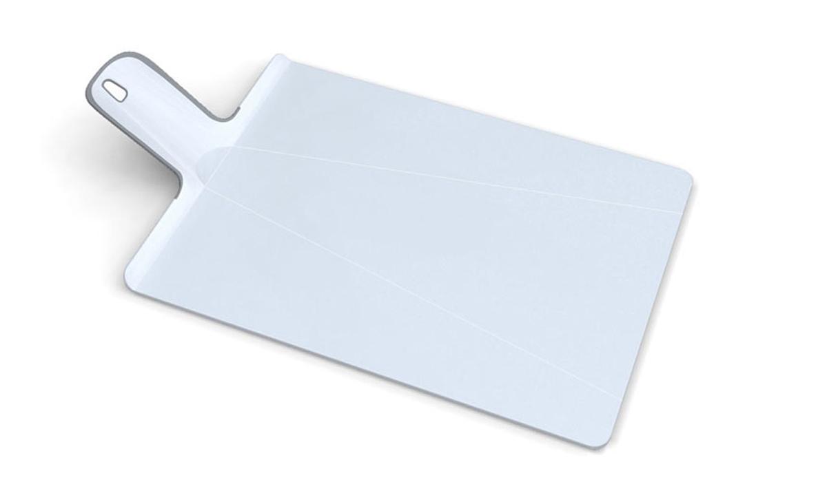 Доска разделочная Joseph Joseph Chop2Pot, цвет: белый, 27 х 37 см60041Разделочная доска Joseph Joseph Chop2Pot изготовлена из прочного пищевого пластика со специальным покрытием, предотвращающим прилипание пищи. При нарезке продуктов на такой доске ножи не затупляются. Удобная ручка оснащена прорезиненными вставками, что обеспечивает надежный хват и комфорт во время использования. Обратная сторона доски снабжена такими же вставками для предотвращения скольжения по поверхности стола. Благодаря изгибам в некоторых местах, доска удобно сворачивается и позволяет аккуратно пересыпать все, что вы нарезали. Всем знакомо, как неудобно ссыпать порезанные овощи в кастрюлю, но с этим приспособлением вы одним движением превратите разделочную доску в удобный совок, и все попадет по назначению. Можно мыть в посудомоечной машине.