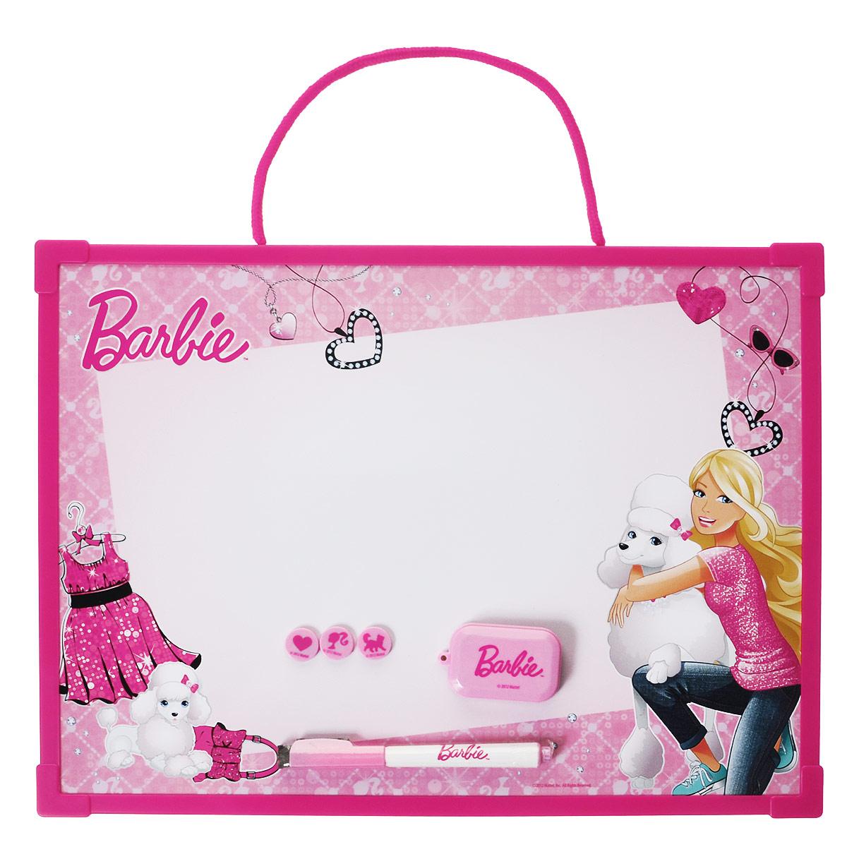 Доска магнитно-маркерная Barbie, цвет: ярко-розовый, с аксессуарамиBRAB-US1-Z150098Магнитно-маркерная доска Barbie - прекрасный способ для развития творческих и мыслительных способностей ребенка. Края доски обрамлены пластиком, который защищает ее от повреждений. В комплекте с доской предусмотрены специальный маркер с колпачком-стеркой из фетра, три круглых магнита и специальная губка для стирания записей и рисунков. Доска оформлена изображением Барби и ее собаки и имеет удобную веревочную петлю для подвешивания. Чернила маркера безопасные и нетоксичные. Магнитно-маркерная доска Barbie отлично подойдет для игр и учебы.