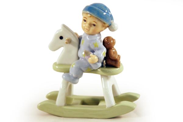 Статуэтка Мальчик на качалкеN-PB0469-ALМатериал: Фарфор. Цвет: белый, голубой. Серия: Статуэтки.