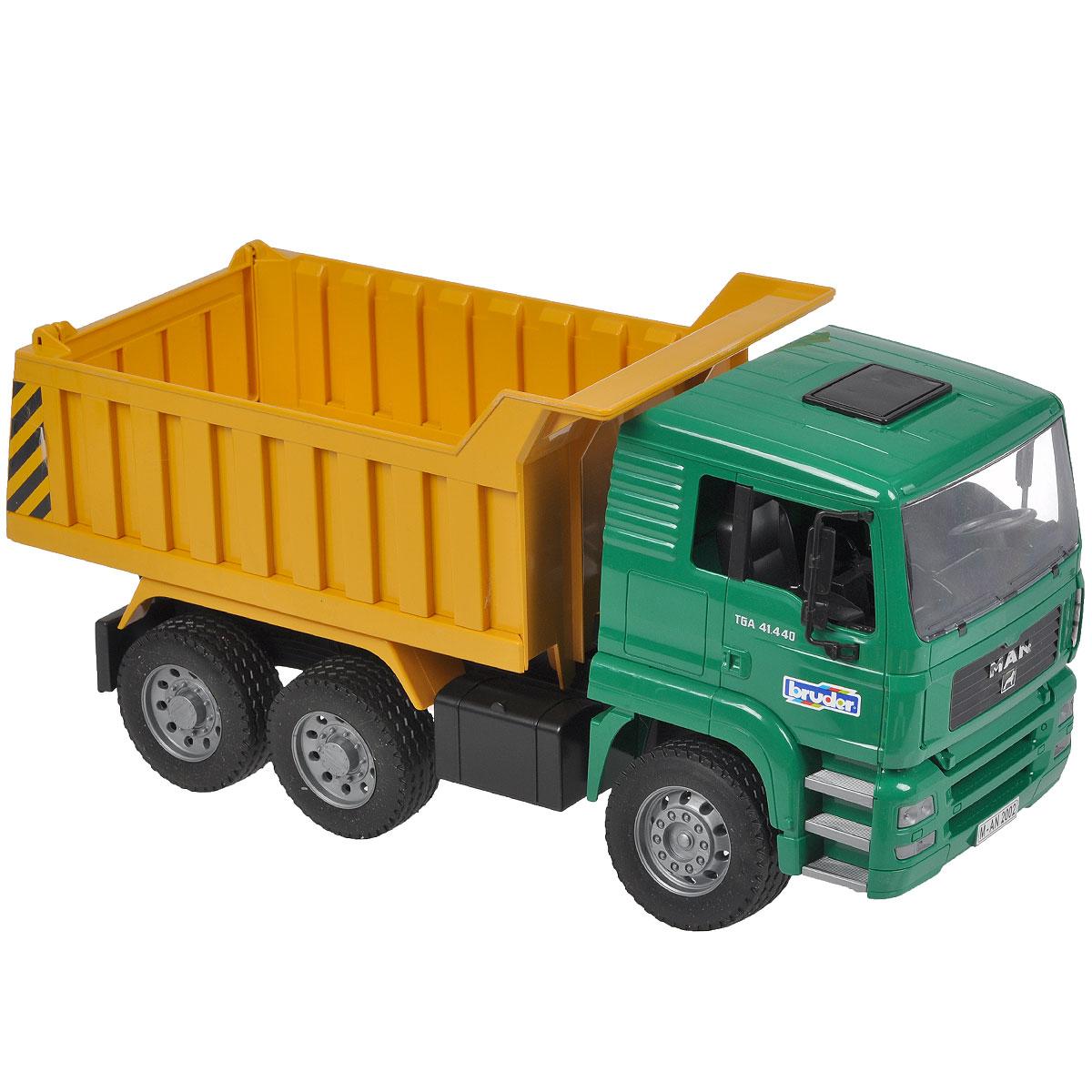 Bruder Самосвал MAN цвет желтый зеленый02-765Самосвал Bruder MAN, выполненный из прочного безопасного материала желтого и зеленого цветов, отлично подойдет ребенку для различных игр. Машина является уменьшенной копией самосвала фирмы MAN. Самосвал оснащен вместительным опрокидывающимся кузовом, задний борт которого открывается. Водительская кабина откидывается, что обеспечивает доступ к двигателю; зеркала складываются. В кабину помещается небольшая игрушка. Прорезиненные колеса обеспечивают машине устойчивость и хорошую проходимость. К самосвалу подходит модуль со световыми и звуковыми эффектами (не входит в комплект). Ваш юный строитель сможет прекрасно провести время дома или на улице, воспроизводя свою стройку.
