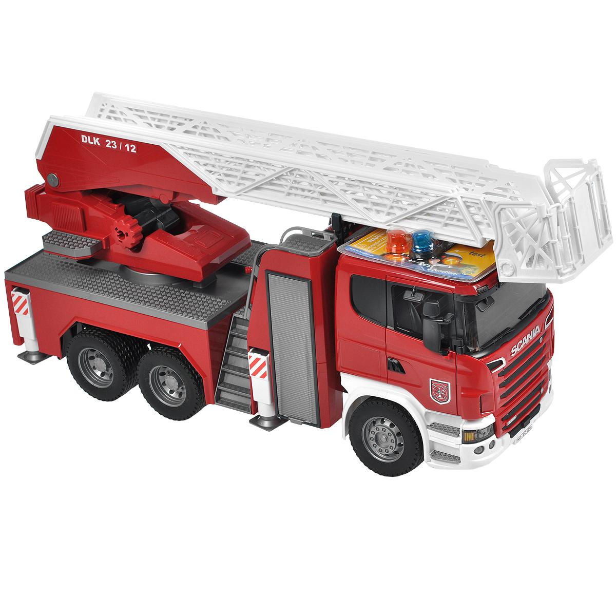 Bruder Пожарная машина Scania03-590Пожарная машина Bruder Scania, выполненная из прочного безопасного материала красного, серебристого и белого цветов, отлично подойдет ребенку для различных игр. Машина является уменьшенной копией пожарной машины фирмы Scania. Пожарная машина оборудована рукавом с емкостью для воды, функционирующим помповым насосом и выдвижной трехуровневой лестницей, меняющей угол наклона. Лестница выдвигается специальной ручкой. К ней прикреплена люлька, которая также способна менять угол наклона. Платформа машины поворачивается на 360°. Также пожарная машина оснащена четырьмя опорами для устойчивости и ящиком для инструментов. Зеркала складываются, двери водительской кабины открываются. В кабину помещается небольшая игрушка. Машина дополнена съемным модулем с мигающими лампочками и звуком продолжительностью 18 секунд, работающим в четырех режимах: гудок, звук двигателя, мигающие лампочки, сирена (американская, европейская). Прорезиненные колеса обеспечивают машине...