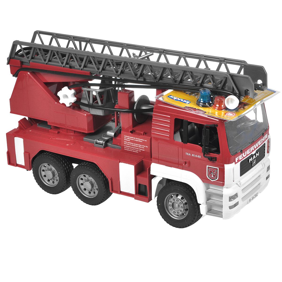 Bruder Пожарная машина MAN02-771Пожарная машина Bruder MAN, выполненная из прочного безопасного материала красного, серебристого и белого цветов, отлично подойдет ребенку для различных игр. Машина является уменьшенной копией пожарной машины фирмы MAN. Пожарная машина оборудована рукавом с емкостью для воды, функционирующим помповым насосом и выдвижной двухуровневой лестницей, меняющей угол наклона. Лестница выдвигается специальной ручкой. К ней прикреплена люлька, которая также способна менять угол наклона. Платформа машины поворачивается на 360°. Также пожарная машина оснащена четырьмя опорами для устойчивости и ящиком для инструментов. Водительская кабина откидывается, что обеспечивает доступ к двигателю; зеркала складываются. В кабину помещается небольшая игрушка. Машина дополнена съемным модулем с мигающими лампочками и звуком продолжительностью 18 секунд, работающим в четырех режимах: гудок, звук двигателя, мигающие лампочки, сирена (американская, европейская). Прорезиненные колеса...