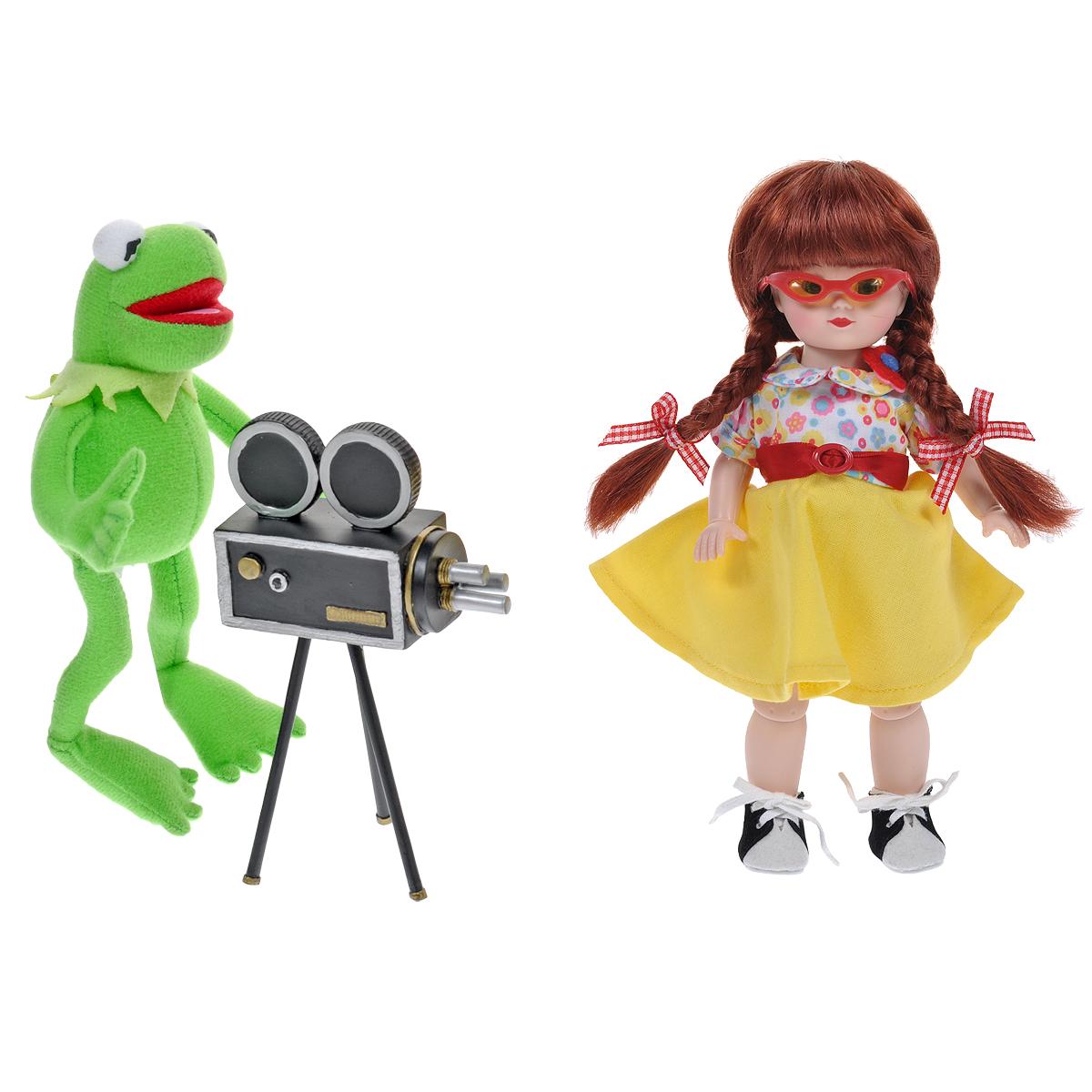 Madame Alexander Игровой набор с куклой Мегги и Кермит в Голливуде64160Кукла Madame Alexander Мегги и Кермит в Голливуде станет прекрасным украшением любой коллекции. Кукла Мегги с зелеными глазками и длинными рыжими волосами, заплетенными в косички, одета в блузку с цветочным принтом, воротничок которой украшен красными и желтыми фетровыми цветами, ярко-желтую юбку с красным атласным пояском и белые панталончики. На ее ножках - черно-белые замшевые ботиночки. Гламурные очки в красной оправе с желтыми линзами дополняют стильный образ Мегги. В комплект с куклой входит ее верный друг и режиссер Кермит - плюшевый лягушонок, лихо управляющийся с видеокамерой. Реалистичные глазки Мегги закрываются, если положить ее на спину.